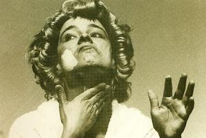 Eine Frau cremt sich im Gesicht ein