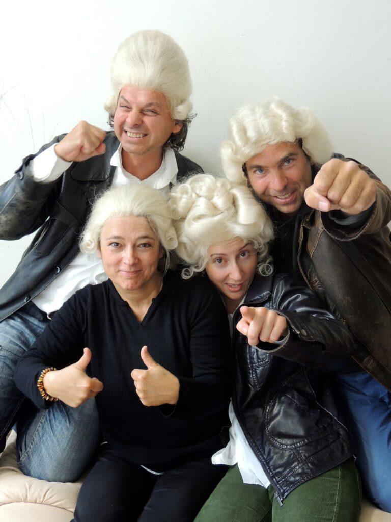 Schauspieler und Musiker mit Mozartperücke
